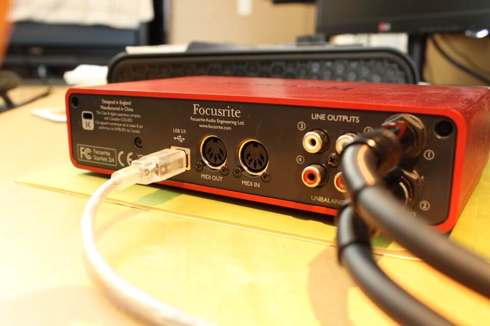 Focusrite Scarlett 2i4 - Back (1)